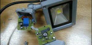 Как подключить датчик движения к прожектору